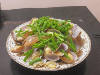葱油花蛤,先铺上葱段