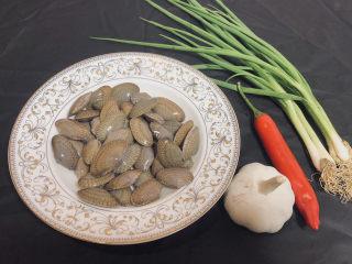 葱油花蛤,食材明细:花蛤500克 辣椒1根 大蒜1个 葱2-3根 食盐适量 食用油适量 蒸鱼豉油适量