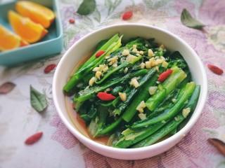 蚝油油麦菜,放上泡好的枸杞子点缀,脆嫩爽口,很好吃的瘦身蔬菜。