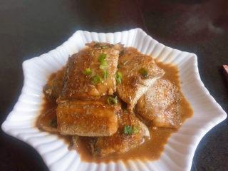 红烧带鱼,出锅装盘