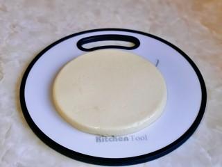 烤牛奶,取出冷藏好的牛奶,很容易脱模。