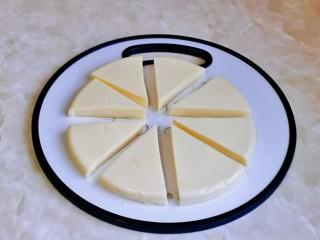 烤牛奶,再切小块,我切了8等份,可以根据个人喜好来。