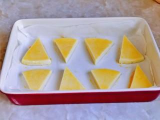 烤牛奶,烤盘中垫上油纸,摆入牛奶,再刷上蛋液。