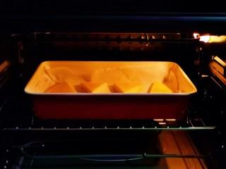 烤牛奶,入烤箱中层,上下215度烤10分钟。(时间及温度仅供参考)