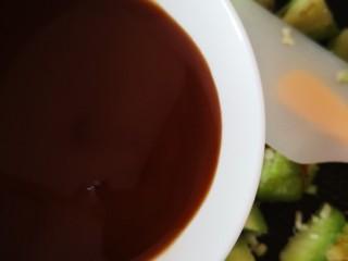 茄子盖浇饭,倒入调好的料汁