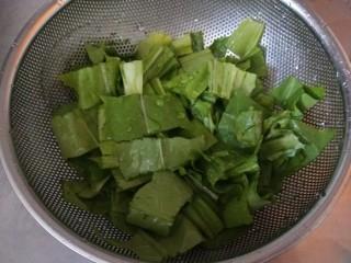 蚝油油麦菜,放入漏盆。