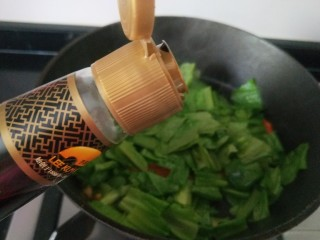 蚝油油麦菜,倒入适量耗油炒均匀。