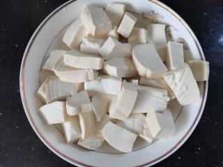 韭黄炒豆腐,捞出沥干水份放入盘中