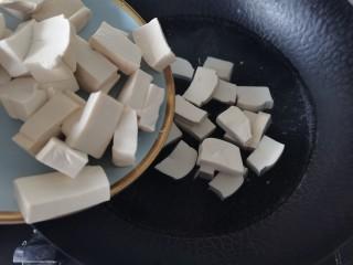 韭黄炒豆腐,烧开放入豆腐焯水一分钟