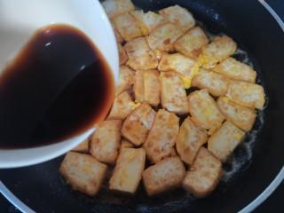 韭黄炒豆腐,煎好倒入料汁烧开