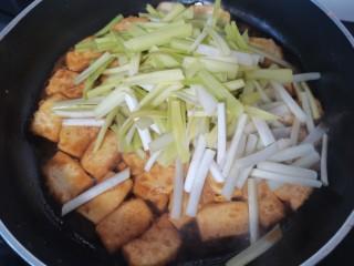 韭黄炒豆腐,放入韭黄