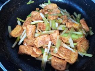 韭黄炒豆腐,炒至入味即可