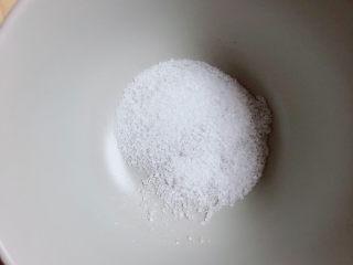 酱香排骨,碗中放入白糖。腊味排骨不需要放盐,自带咸味。