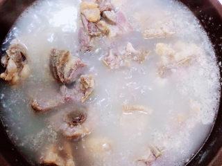 酱香排骨,锅中烧开水,放入排骨煮去血水。