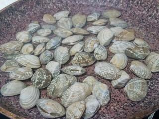 葱油花蛤,锅入凉水,放入花蛤,开中火或者小火。不要直接放到热水里,让花蛤一点点受热开嘴