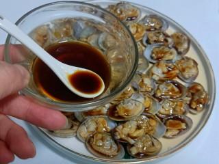 葱油花蛤,用勺子把填好的汁浇在每一个花蛤肉上。