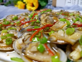 葱油花蛤,把小米辣也洒在上面,如果吃姜的话,也可以加一点姜丝。一来暖胃二来去腥。锅里烧点热油,放一小撮花椒,爆香后撇出。热油直接浇在花蛤上