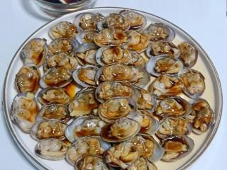 葱油花蛤,如图,确保每一个花蛤肉都蘸到汁。如果不摆盘不去空壳,这步就浇不匀。