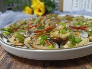 葱油花蛤,这道葱油花蛤就完成了。非常香,而且对不能吃辣的很友好,更多的保留了花蛤的鲜美