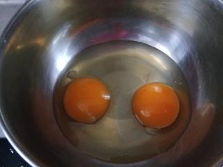 肉馅鸡蛋卷,鸡蛋打入盆中搅拌均匀。