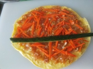 肉馅鸡蛋卷,加入胡萝卜丝,黄瓜条。