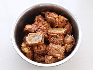酱香排骨,戴上一次性手套抓揉均匀,腌制一小时左右,中途要翻揉两次。