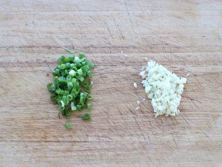 肥牛金针菇卷,利用蒸肥牛金针菇的时间将小葱切葱花,大蒜切成蒜末。