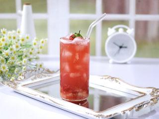 草莓蔓越莓气泡饮