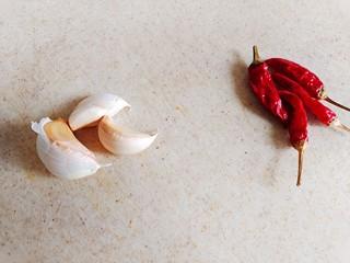 醋溜绿豆芽,准备大蒜,干辣椒