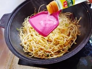 醋溜绿豆芽,多加些白醋,一定要顺着锅边放。
