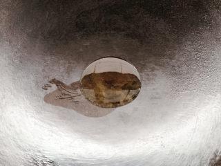 葱油花蛤,锅烧热油七八成热后