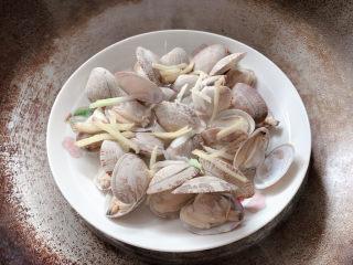 """葱油花蛤,蒸到花蛤恰好都""""咧开嘴""""就成熟了,出锅"""