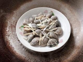葱油花蛤,大火入蒸锅中干蒸
