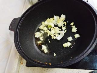 酸辣娃娃菜,挑出炒香的辣椒胡椒粒,放蒜片,圆葱翻炒