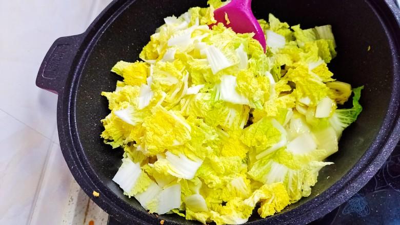 酸辣娃娃菜,然后放叶子端继续炒。