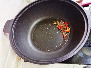 酸辣娃娃菜,热锅放油,爆香辣椒胡椒,