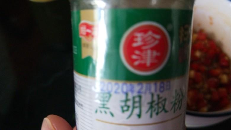 蒜蓉粉丝蒸丝瓜,加入胡椒。