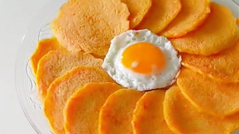 家常土豆饼,在煎一个荷包蛋。