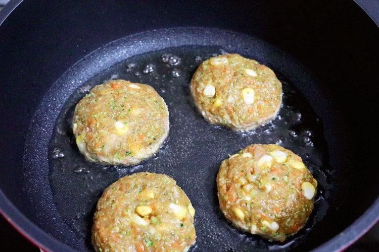 蔬菜鸡肉饼,锅中少油加热,将鸡肉饼放入