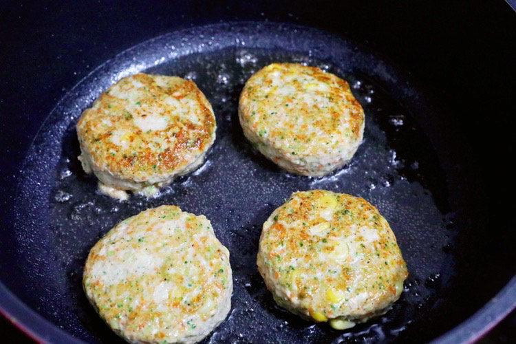蔬菜鸡肉饼,小火煎至两面金黄色熟透即可