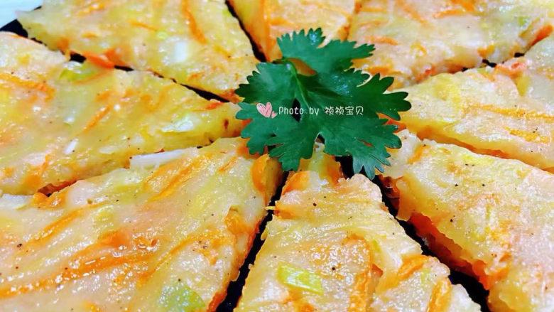 家常土豆饼,煎制好的土豆饼取出切成大小均匀的块状摆入盘中就大功告成了
