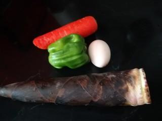 笋尖炒蛋,准备春笋,胡萝卜,菜椒,鸡蛋各一个