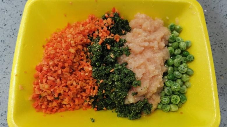 蔬菜鸡肉饼,将豌豆,鸡肉,枸絮,红萝卜盛入容器