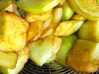 家常地三鲜,炸制茄子外焦里嫩捞出来控油。