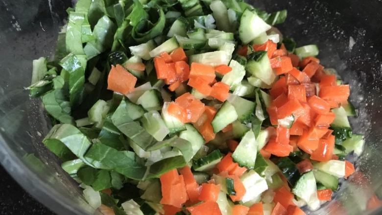 蔬菜鸡肉饼,把青菜、黄瓜和胡萝卜放入鸡肉中