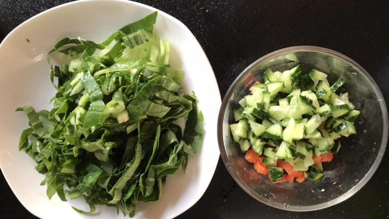 蔬菜鸡肉饼,黄瓜切丁青菜切碎备用