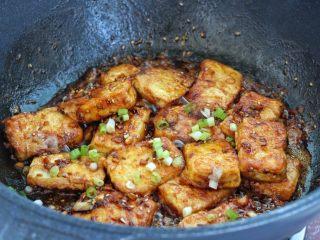干煸豆腐,倒入调好的酱汁翻炒均匀,撒葱花关火即可。