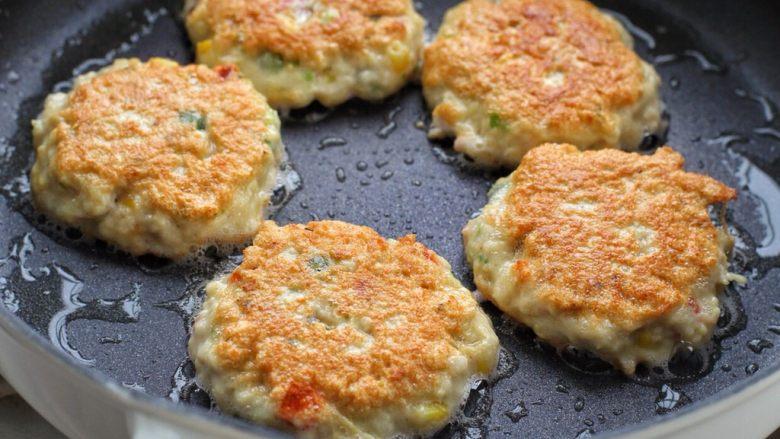 蔬菜鸡肉饼,开小火煎至定型翻面,直到两面煎成焦黄状出锅即可。