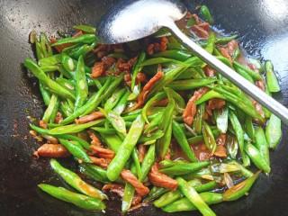 豆角牛柳,下入豆角翻炒片刻,下入少许盐,鸡精翻炒均匀即可