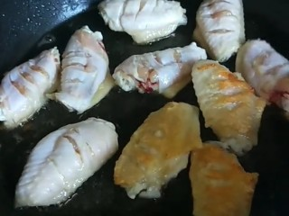 香烤翅根,煎制金黄翻面。